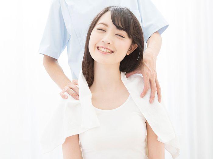 肩の調整をする女性