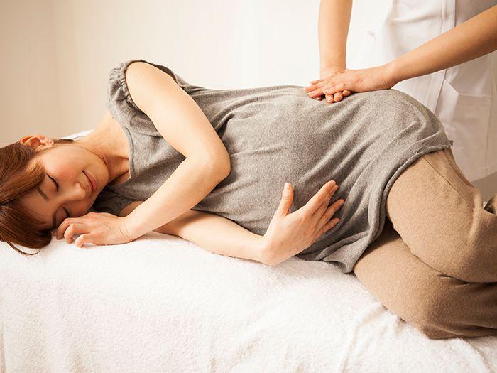 横向きで骨盤矯正を受ける女性