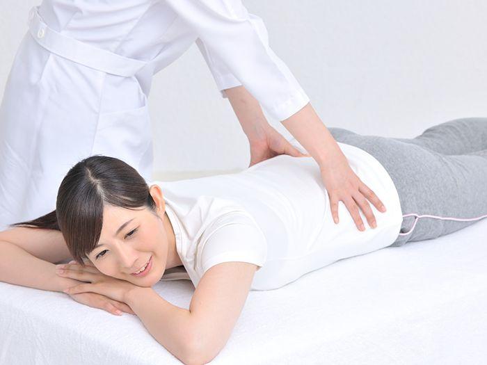 腰の調整を受ける女性