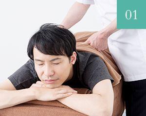 腰の施術を受ける男性