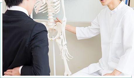 症状の説明を受ける患者