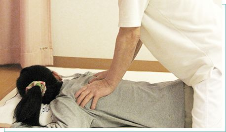 背中の施術を受ける女性