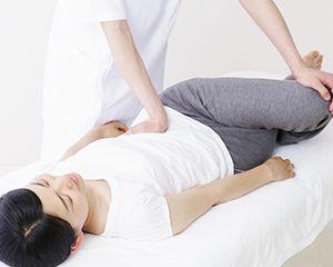 骨盤矯正を受ける女性